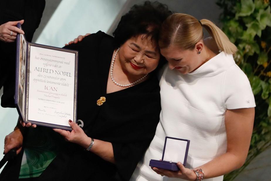 Beatrice Fihn (à droite), responsable de la Campagne... (Photo Odd ANDERSEN, AFP)