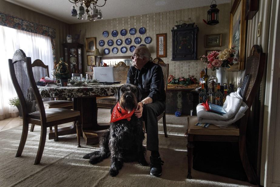 Hans Granholm et son chien Parker, tous deux... (Photo Jason Franson, La Presse canadienne)
