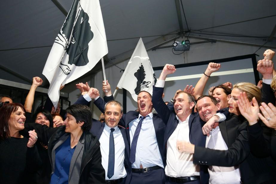 Des candidats et partisans du parti Pè a... (PHOTO AFP)