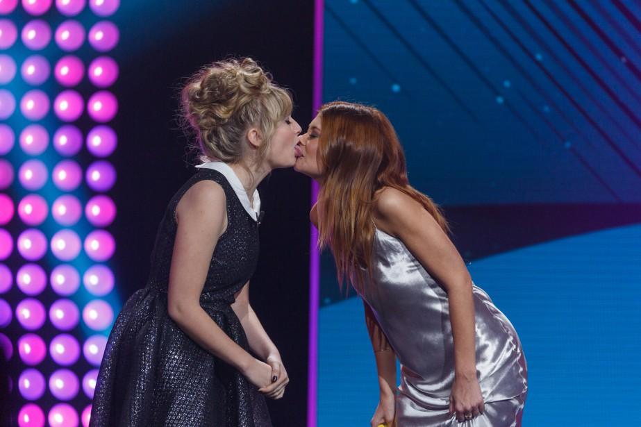 Rosalie Vaillancourt et Katherine Levac tentent un baiser improvisé avant de remettre un prix. | 10 décembre 2017