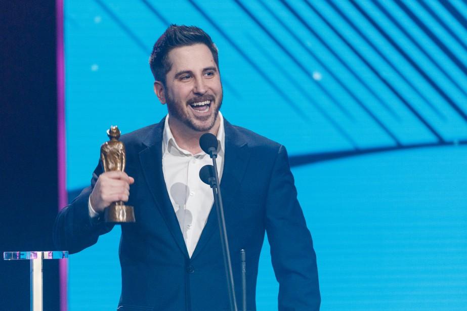 Billy Tellier tient le trophée de la Capsule ou sketch radio humoristique de l'année. | 10 décembre 2017