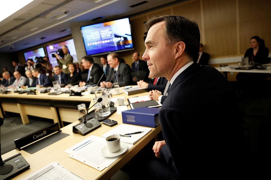 Le ministre fédéral des Finances, Bill Morneau, et... (Photo Chris Wattie, REUTERS)
