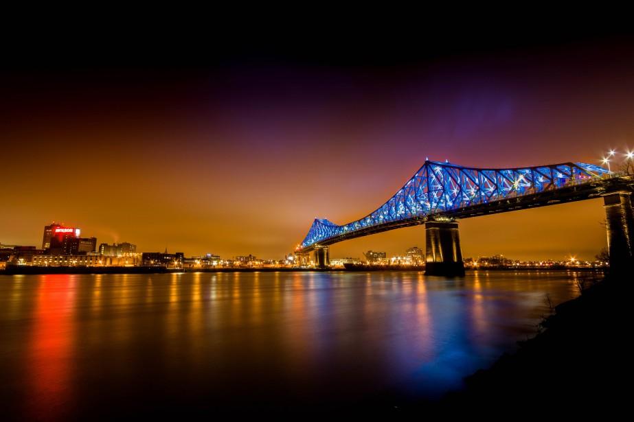 L'imposante signature lumineuse du pont Jacques-Cartier.... (PHOTO FOURNIE PAR YANNICK LGAR)