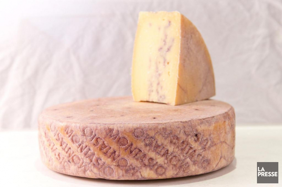 Un marchand nous présente un fromage «coup de... (Photo David Boily, La Presse)