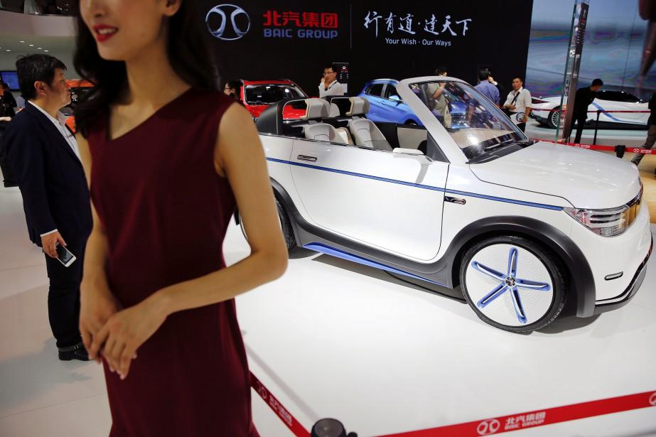 Une hôtesse pose devant le<strong></strong>stand de BAIC au Salon de l'auto de Pékin 2016. (REUTERS)