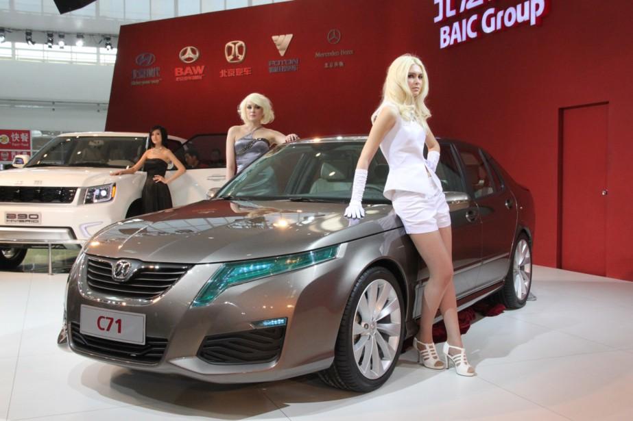 Trois ingénieures près d'une BAIC C71 au Salon de l'auto de Pékin 2016. ()