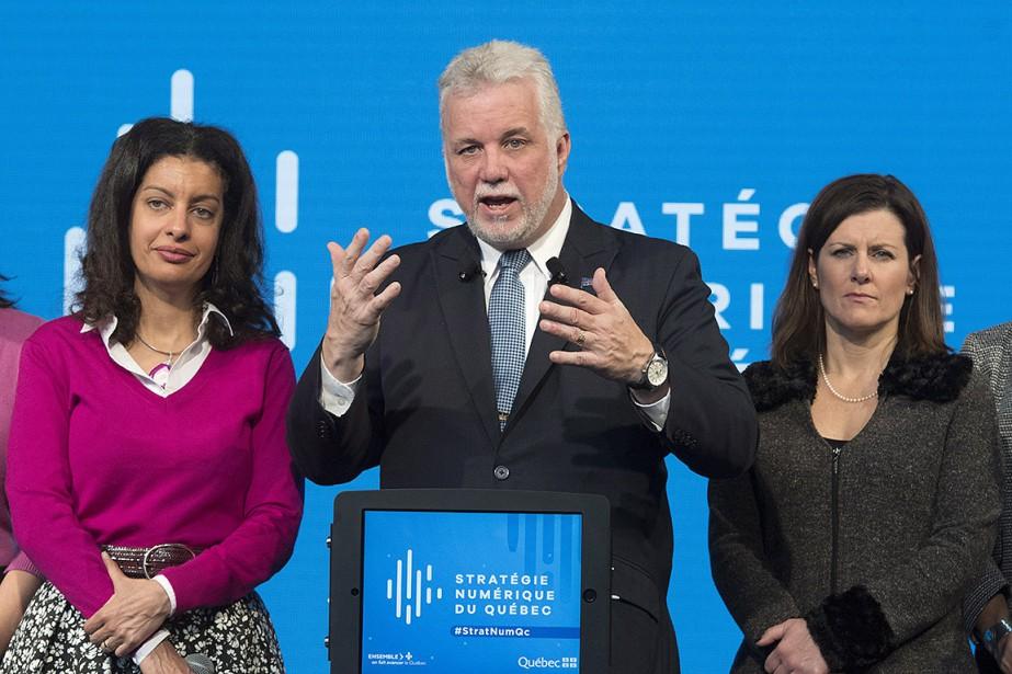 Le premier ministrePhilippe Couillard était accompagné de sept... (Photo Jacques Boissinot, PC)