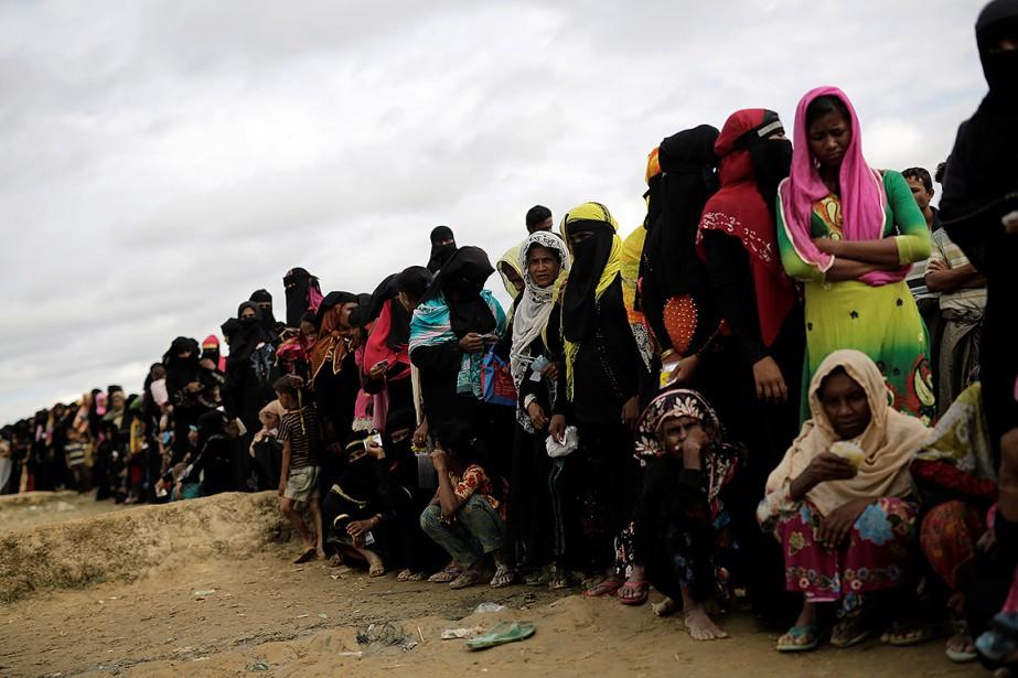 Des réfugiés Rohingyas attendent pour recevoir de la... (Photo Alkis Konstantinidis, archives REUTERS)