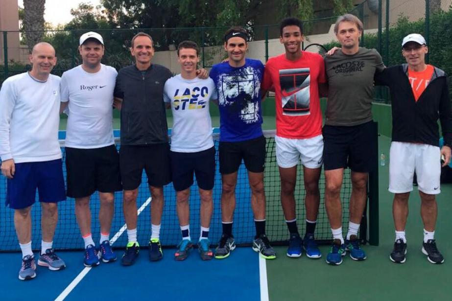 Roger Federer (en bleu) et Félix Auger-Aliassime (en... (Photo tirée de Twitter)