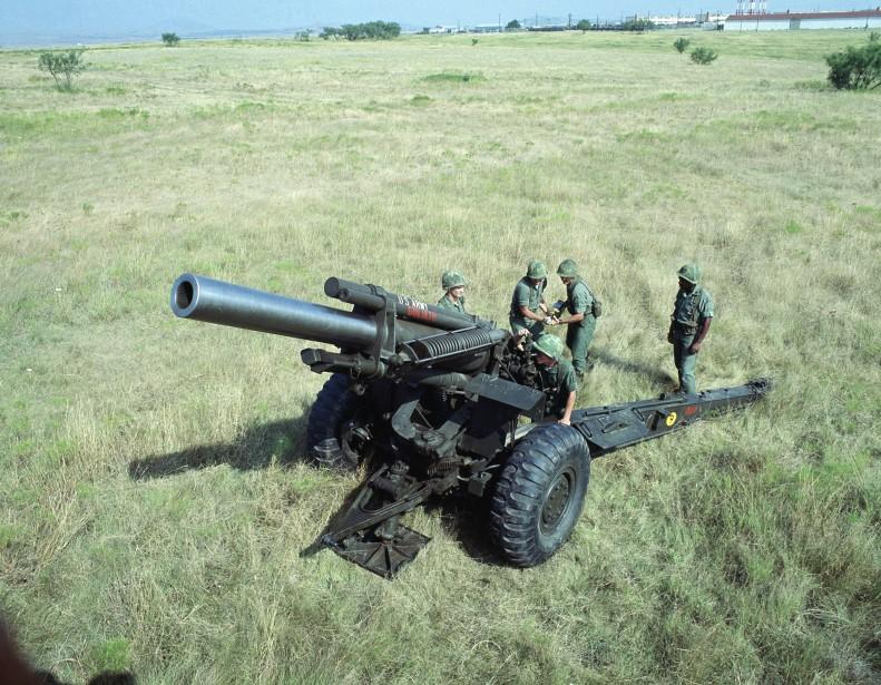 <strong>Deux canons de 155 mm et peut-être trois en forçant un peu. </strong>Un howitzer M114 pèse 5800 kg. ()