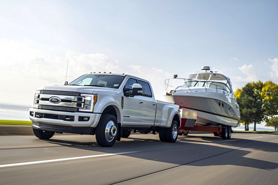 Ford a récemment diffusé cette photo d'une camionnette Super Duty halant un gros bateau sur une remorque. C'est un peu banal, alors voici dans cette galerie-photo 10 autres charges que vous pourriez haler si seulement vous aviez un gros pick-up. ()