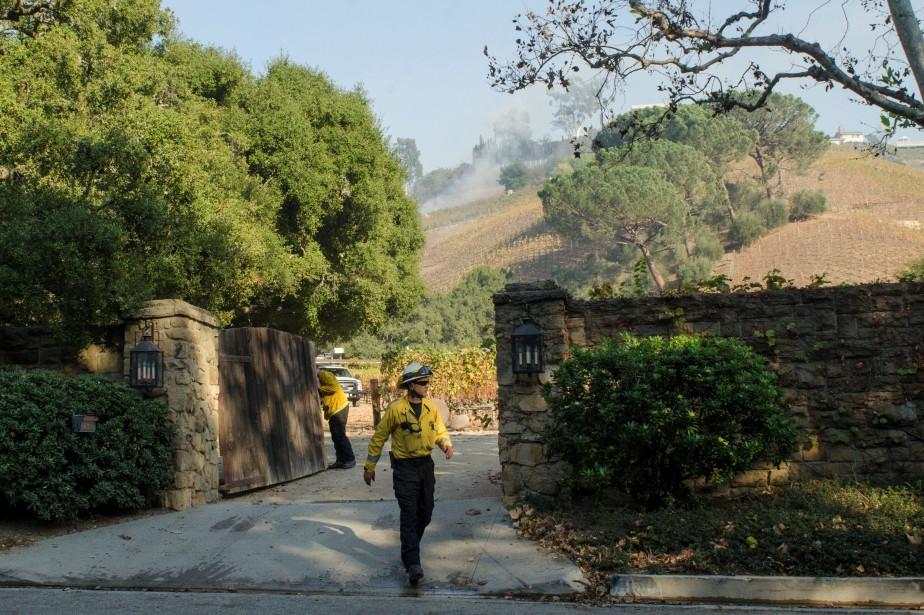 Des pompiers quittent un vignoble appartenant au magnat... (PHOTO REUTERS)
