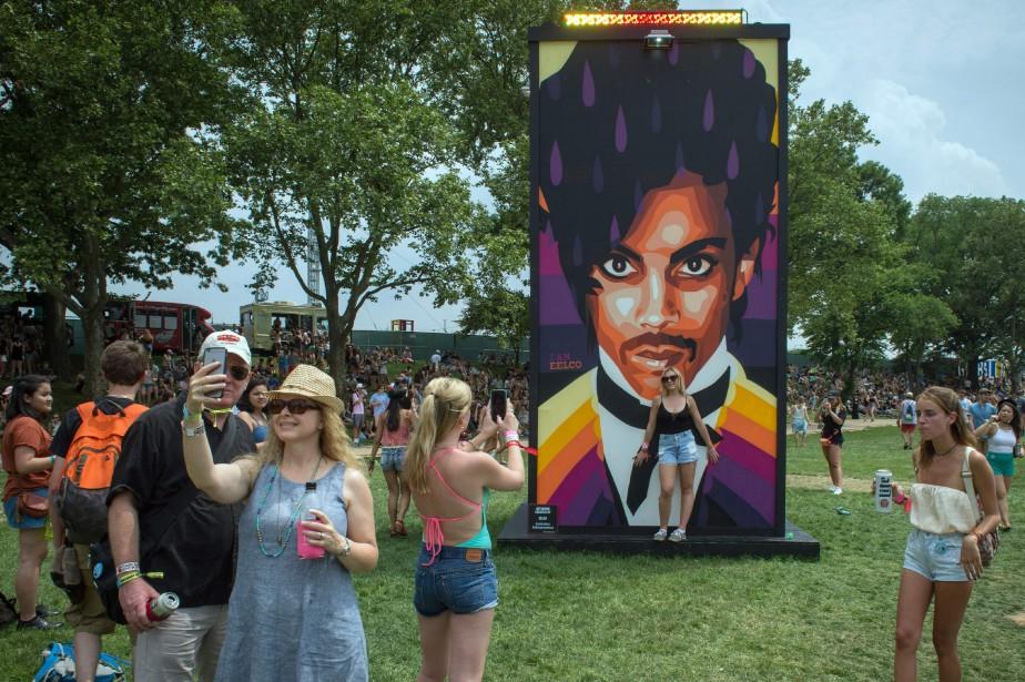 Des fans de Prince se prennent en photo... (ARCHIVES AFP)