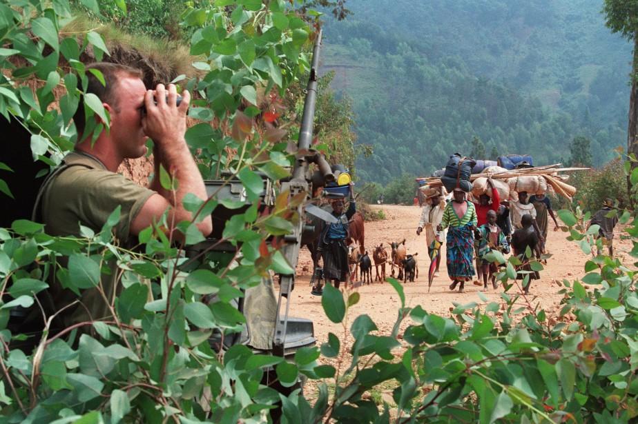 Un soldat français regarde à travers des jumelles... (ARCHIVES AFP)