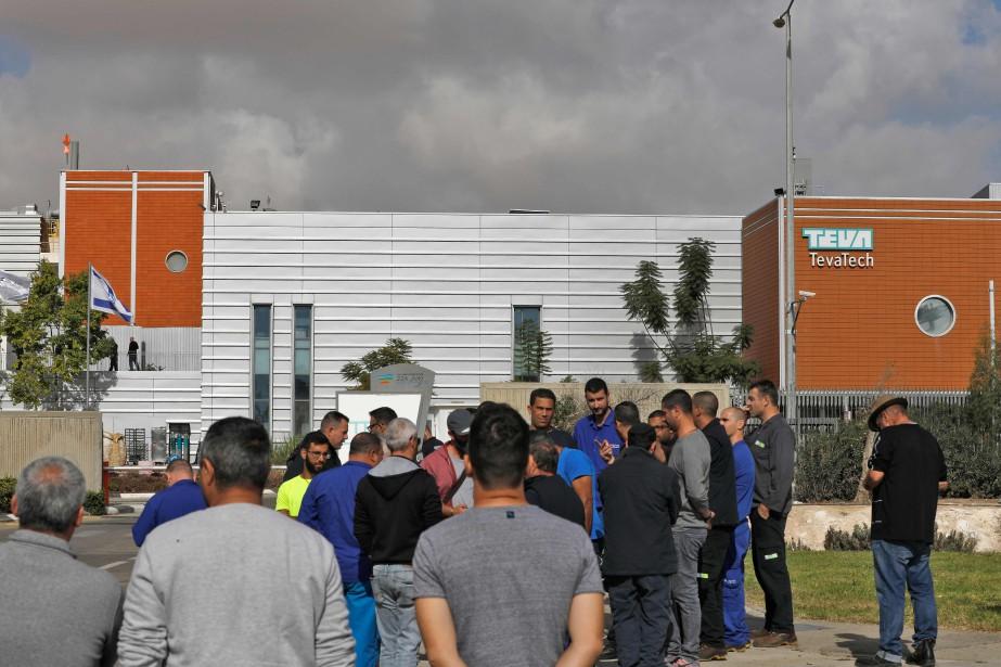 Des employés israéliens de Teva sont réunis devant... (AFP)