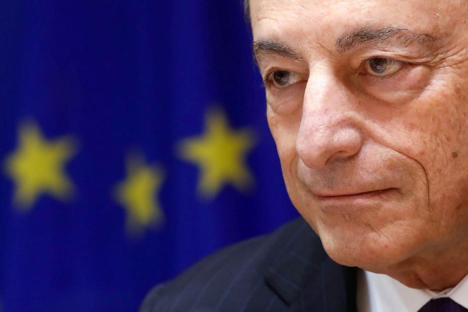 Le Conseil des gouverneurs présidé par Mario Draghi... (REUTERS)