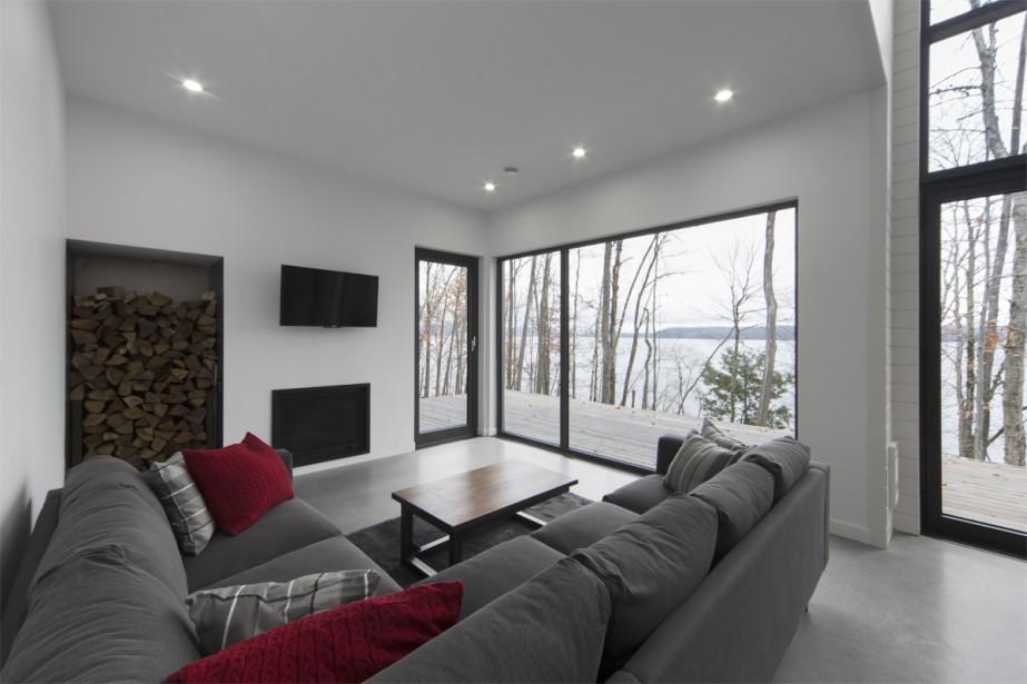 Rien ne laisse place au superflu dans cet intérieur, le principe étant d'aller à l'essentiel pour donner la vedette au paysage. En revanche, le confort est indispensable. Un canapé d'angle (IKEA) et un foyer au bois (Valcourt) invitent assurément à la détente. Là aussi, la table a été conçue par le propriétaire. | 14 décembre 2017