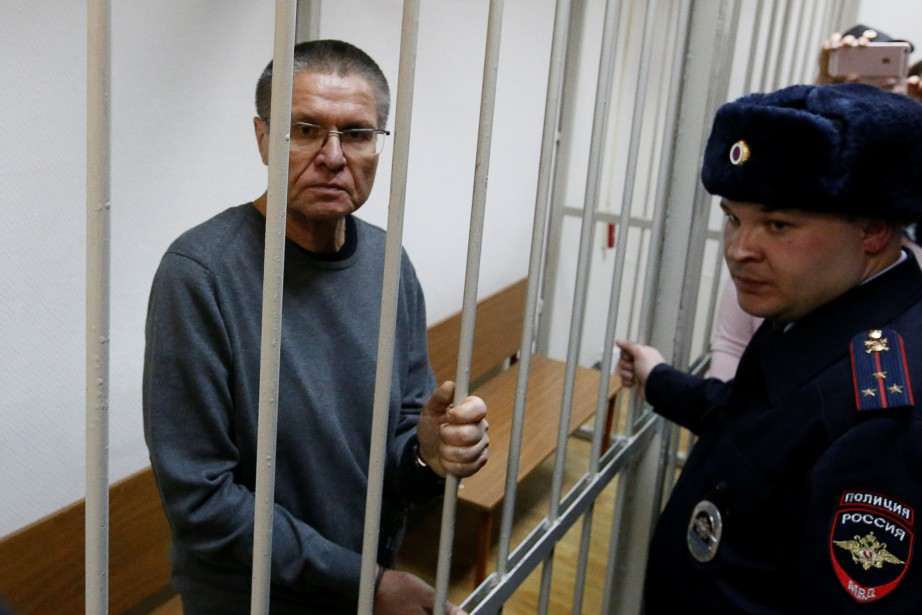 Russian former economy minister Alexei Ulyukayev stands behind... (Photo Sergei Karpukhin, REUTERS)