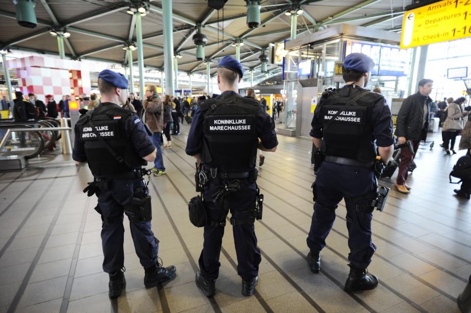 Des agents de la police militaire néerlandaise ont... (Photo Evert Elzinga, AFP)