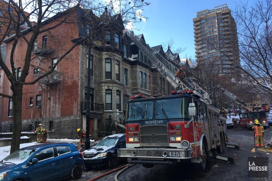 L'incendie a ravagé un bâtiment à l'angle de... (PHOTO ROBERT SKINNER, LA PRESSE)