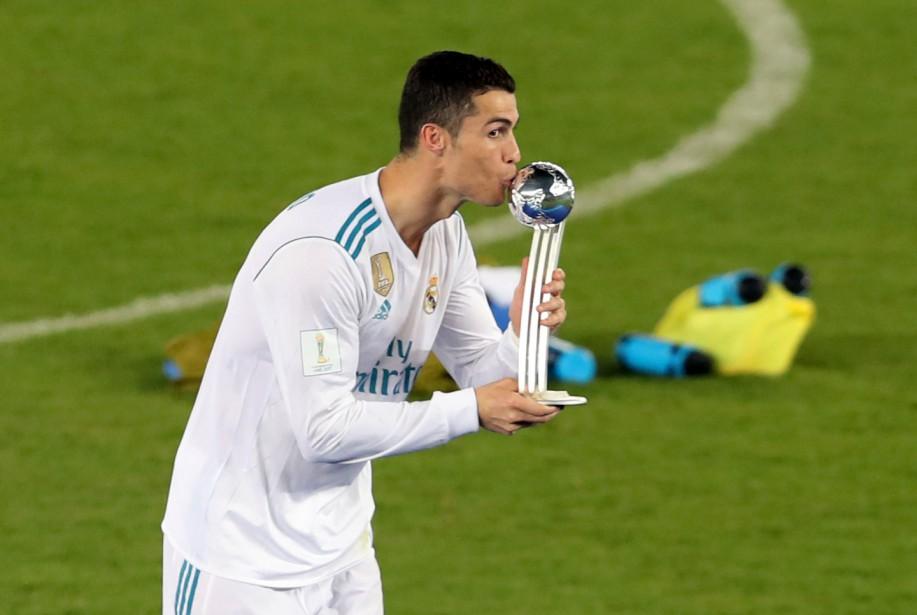 Ronaldo embrasse le trophée de la victoire.... (Photo Ahmed Jadallah, REUTERS)