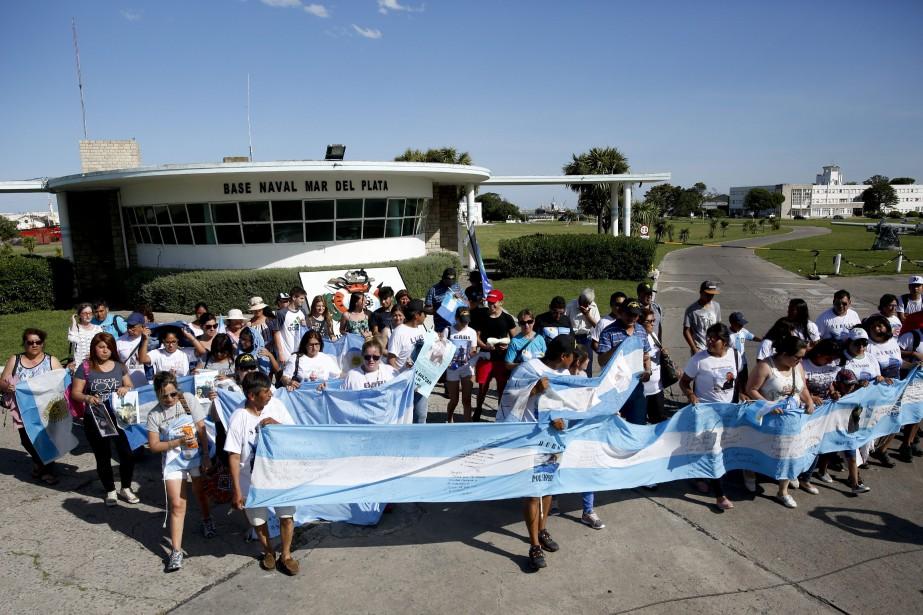 Les familles des 44 sous-mariniers se recueillent à... (PHOTO Vicente Robles, AP)