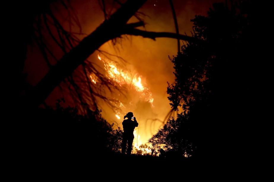 L'incendieThomasa déjà brûlé près de 105 000 hectares,... (PHOTO Chris Carlson, AP)