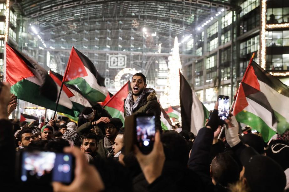 Des personnes issues des communautés palestinienne et arabe... (PHOTO AP)