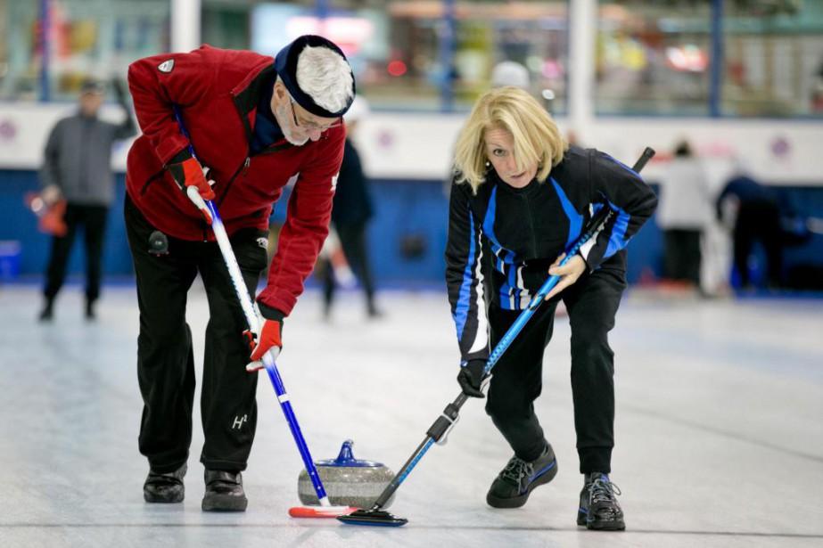 Le curling est un sport qui demeure accessible... (PHOTO DAVID BOILY, LA PRESSE)