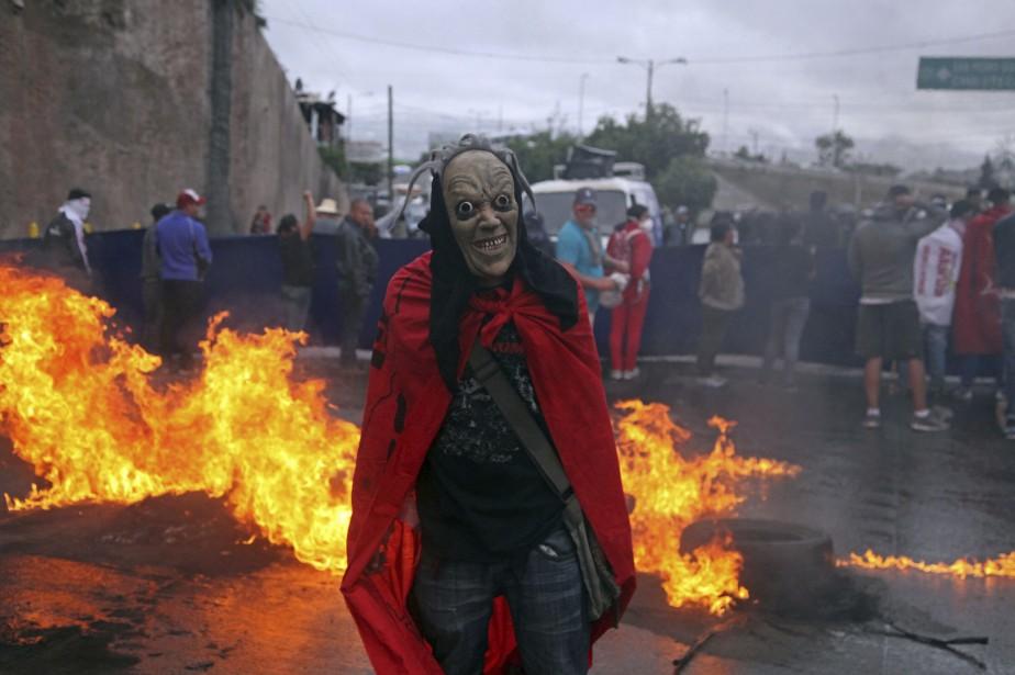 Un manifestant masqué à Tegucigalpa, capitale du Honduras.... (PHOTO AP)