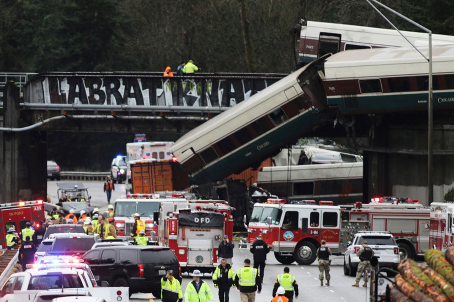 Des wagons sont tombés sur l'autoroute Interstate 5,... (PHOTO REUTERS)