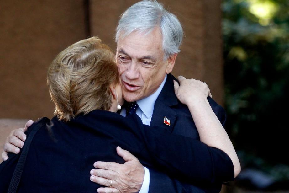 Sebastian Piñera serre dans ses bras sa prédécesseure... (PHOTO AFP)