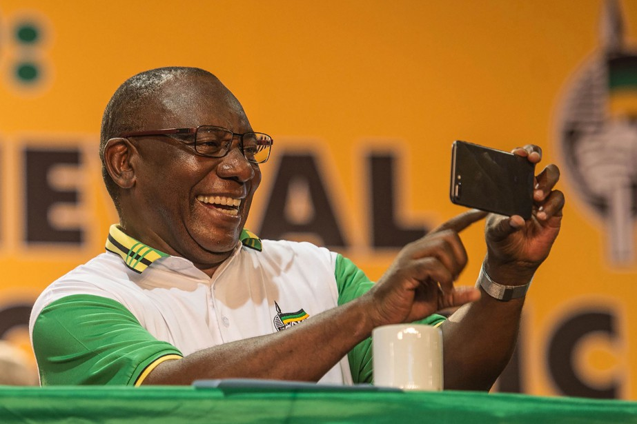 Cyril Ramaphosa prend en photo des membres des... (PHOTO AFP)
