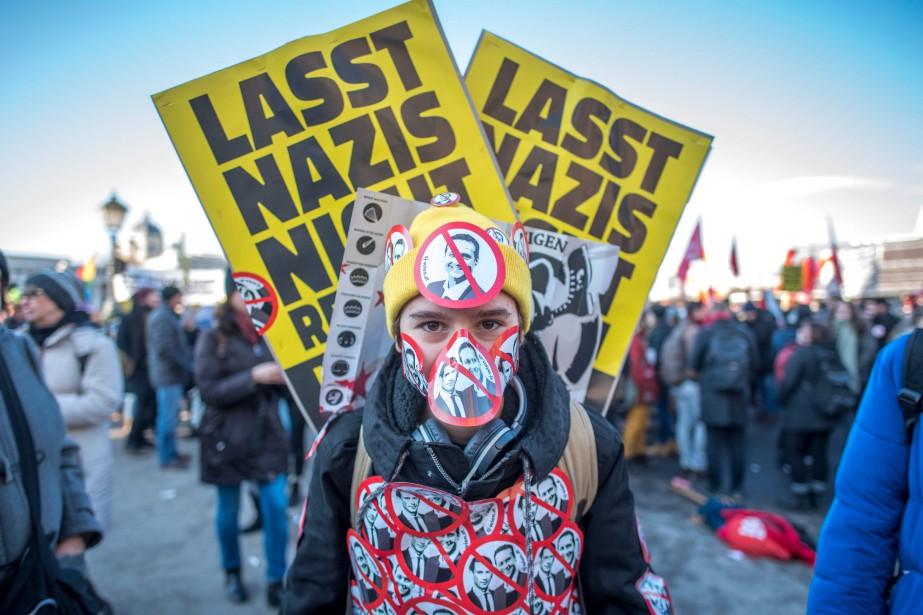 Un manifestant dénonce l'élection dunouveau chancelier autrichien, Sebastian... (PHOTO AFP)