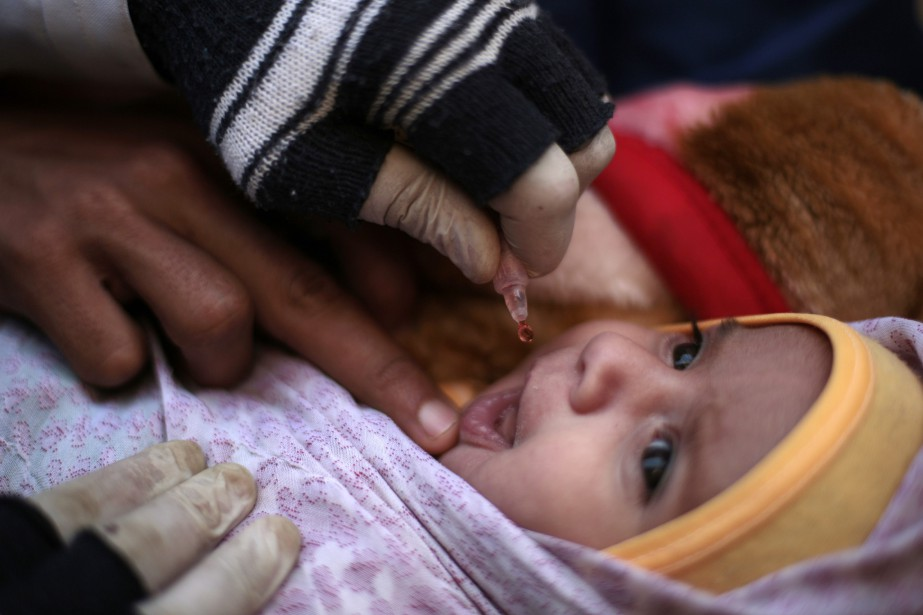Un enfant reçoit le vaccin contre la polio,... (Photo Hani Mohammed, archives Associated Press)