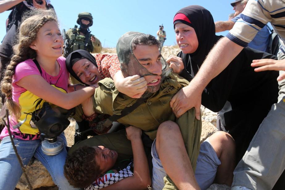 Ahed Tamimi (à gauche) s'est distinguée en brandissant... (ARCHIVES AFP)