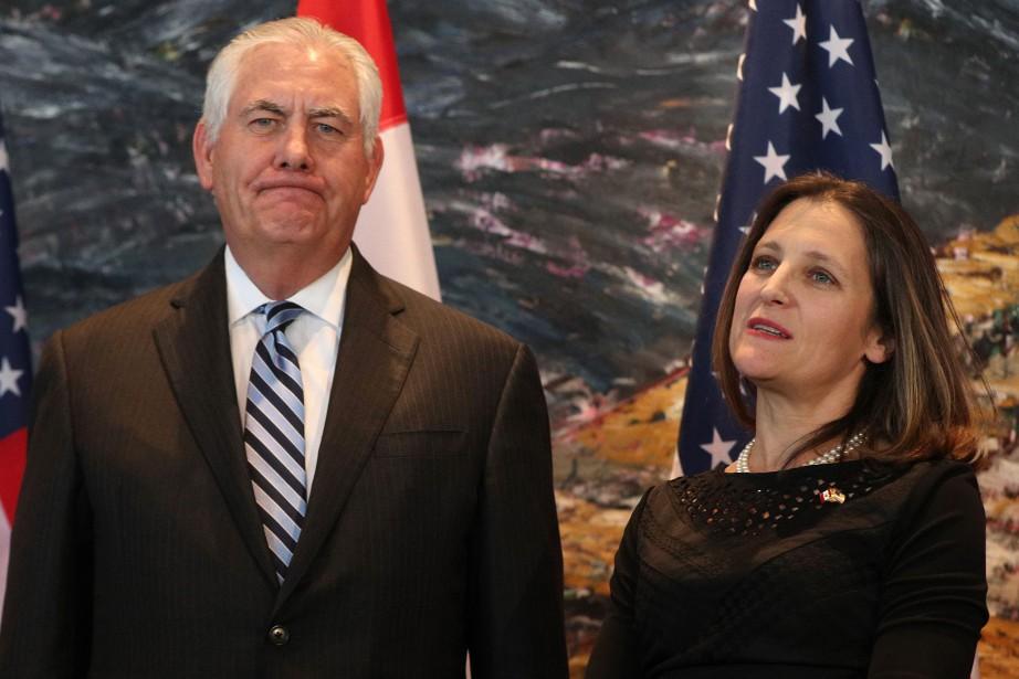 Rex Tillerson pose aux côtés de son homologue... (PHOTO AFP)