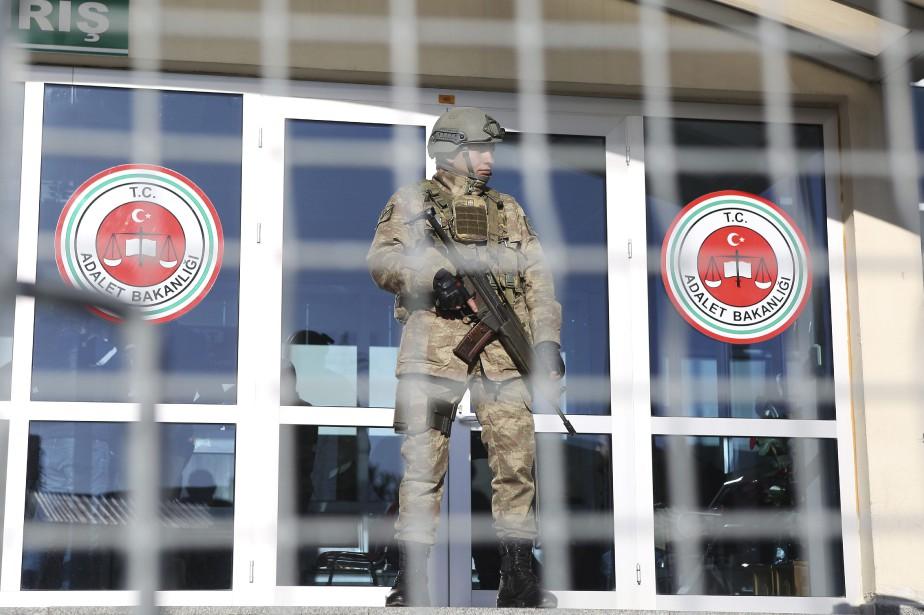 Un soldat turc monte la garde devant le... (Photo Mehmet Guzel, Associated Press)