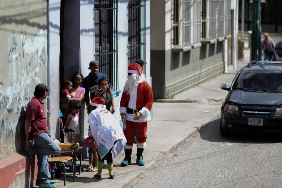 Un groupe de jeunes, déguisés en lutins, clowns... (Photo AFP)