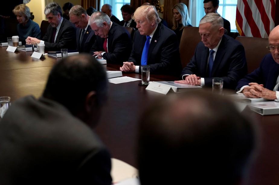 Réuni avec ses ministres et ses principaux conseillers,... (Photo Jonathan Ernst, REUTERS)