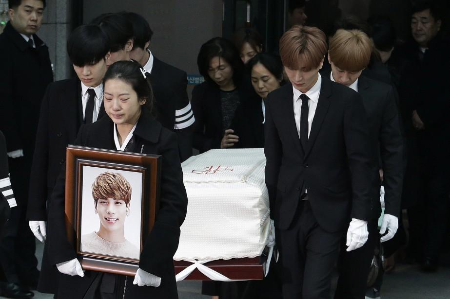 Le cercueil deKim Jong-Hyun était porté par les... (PHOTO AP)