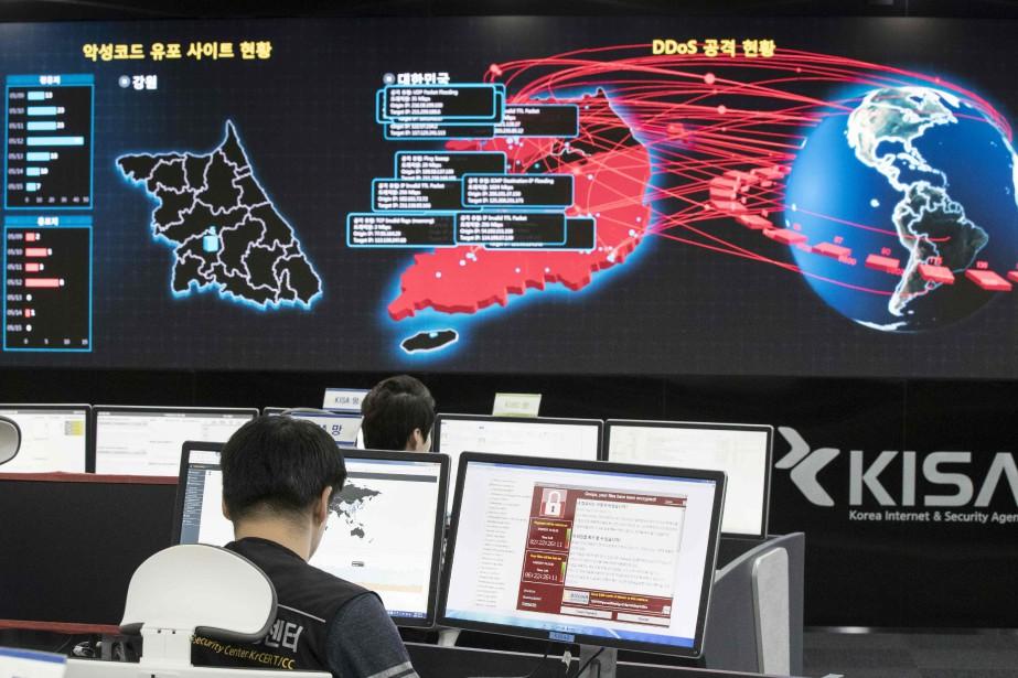 Des employés de la Korea Internet and Security... (AFP)