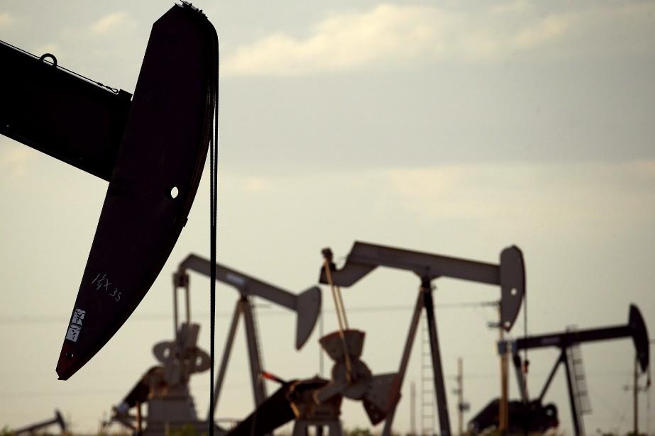 Le pétrole new-yorkais et londonien a... (PHOTO Charlie Riedel, ARCHIVES AP)