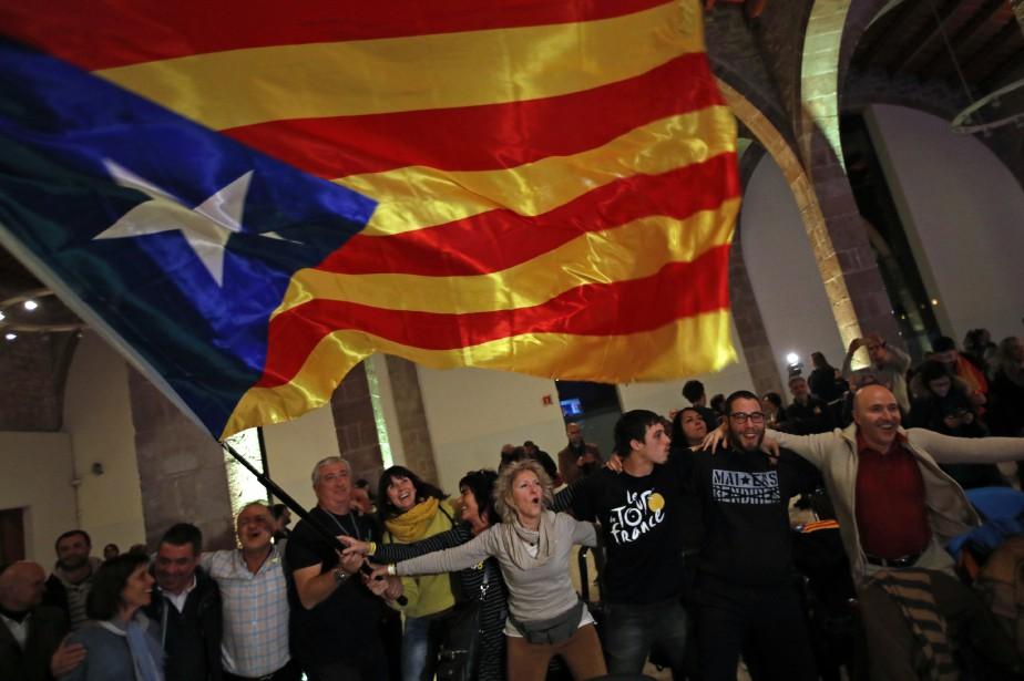 Des partisans de l'indépendance célèbrent dans les rues... (PHOTO AP)