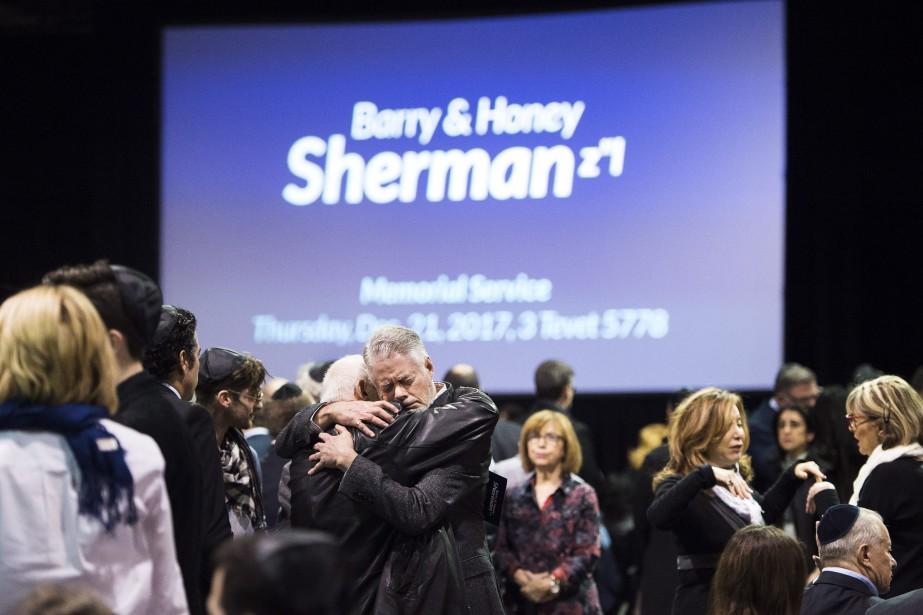 Des gens se consolent lors de la cérémonie... (PHOTO Nathan Denette, LA PRESSE CANADIENNE)