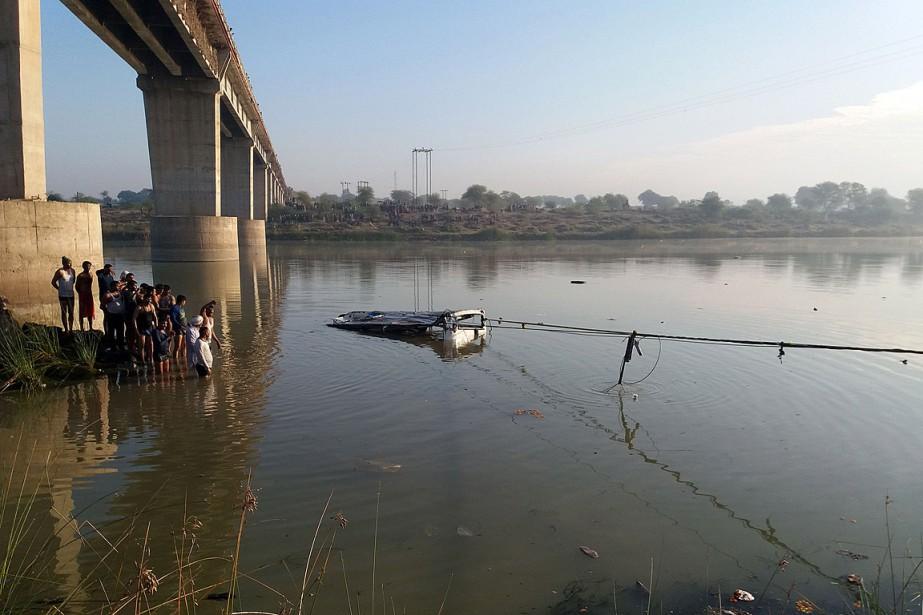 L'autocar s'est retrouvé dans la rivière Banas, à... (PHOTO AGENCE FRANCE-PRESSE)