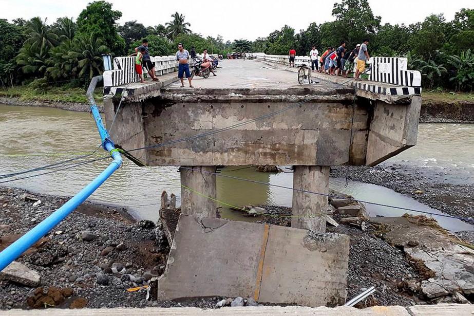 Des gens sont rassemblés sur un pont qui... (PHOTO DAISY BARIMBAO, ASSOCIATED PRESS)
