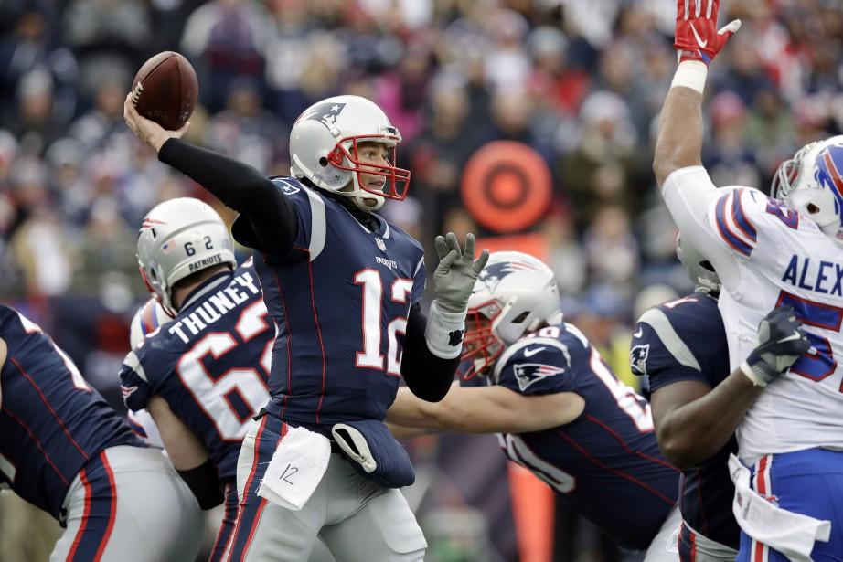 Tom Brady a lancé deux passes de touché.... (AP)