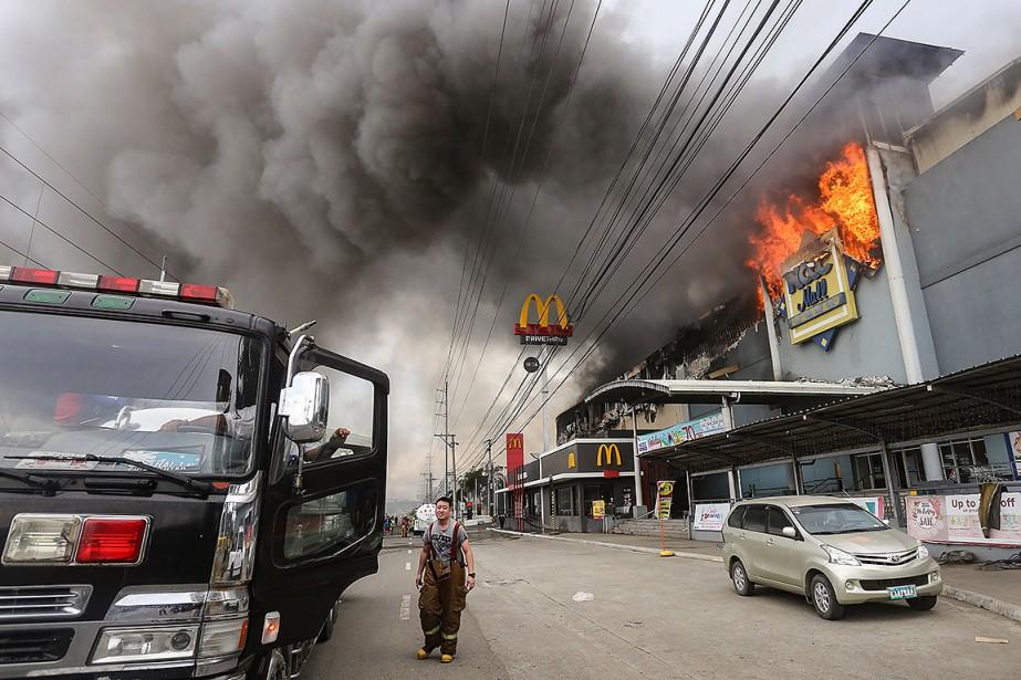L'incendie s'est propagé samedi, prenant au piège le... (MANMAN DEJETO, AFP)