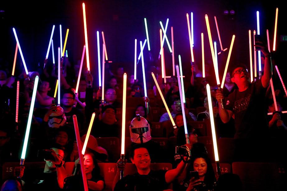 Des fans de Star Wars prennent la projection... (Sadiq Asyraf, AP)